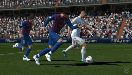 joueurs bleu et joueurs blanc en pleine action