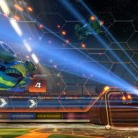 Une voiture qui roule sur les parois du stade dans Rocket League
