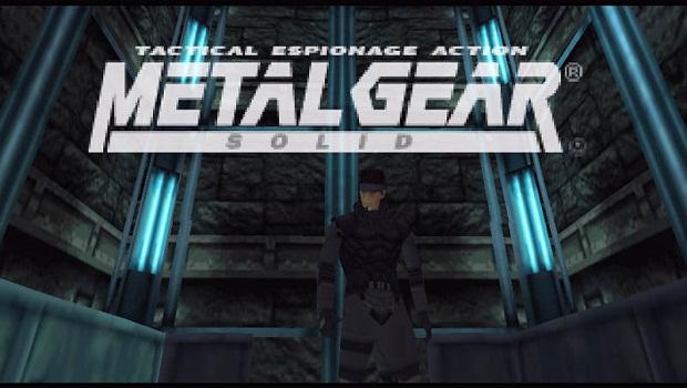 Metal Gear Solid Solid Snake dans un ascenseur avec l'écran titre du jeu