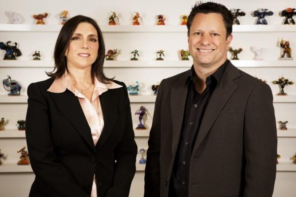 Stacey Sher et Nick van Dyk posent devant des figurines Skylanders