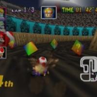 Toad dérape pour prendre un objet dans une caisse dans Mario Kart 64