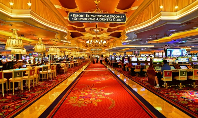 Une grande allée typique d'un casino à Las Vegas