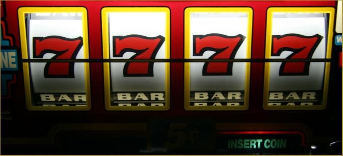 Quatre 7 alignés sur une machine à sous. Jackpot