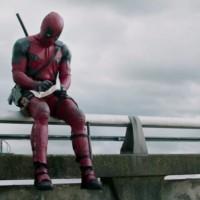 Deadpool assis sur l'autoroute