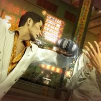 Yakuza 0 Kazuma donne un coup de poing américain à un gangster