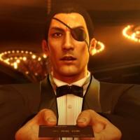 Yakuza 0 Majima est habillé en hôte et donne une carte de membre