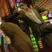 Yakuza 0 Majima donne un coup de coude dans la nuque d'un loubard