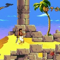 Aladdin jongle avec une pomme dans le désert en étant appuyé sur son sabre