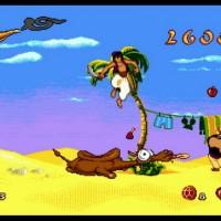 Aladdin venant de sauter sur un chameau qui crache sur un soldat devant un étendage avec une coiffe de Mickey