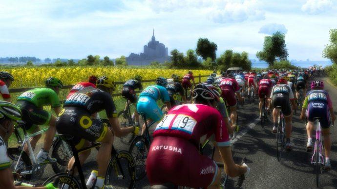 Peloton dans Le Tour de France 2016 avec vue sur le Mont St Michel