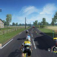Au loin la voiture rouge du directeur de course dans Tour de France 2016