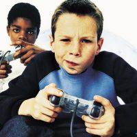 Enfants jouant aux jeux vidéo