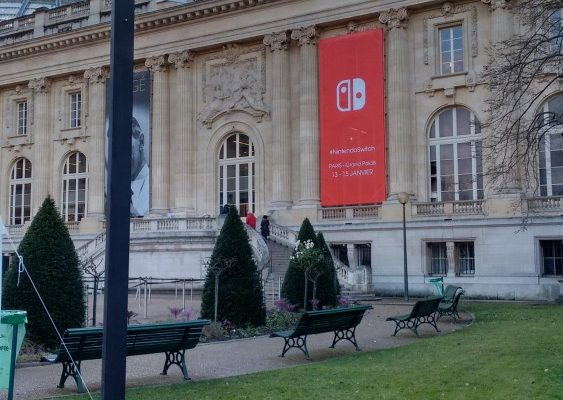 L'entrée du Grand Palais aux couleurs de la Nintendo Switch