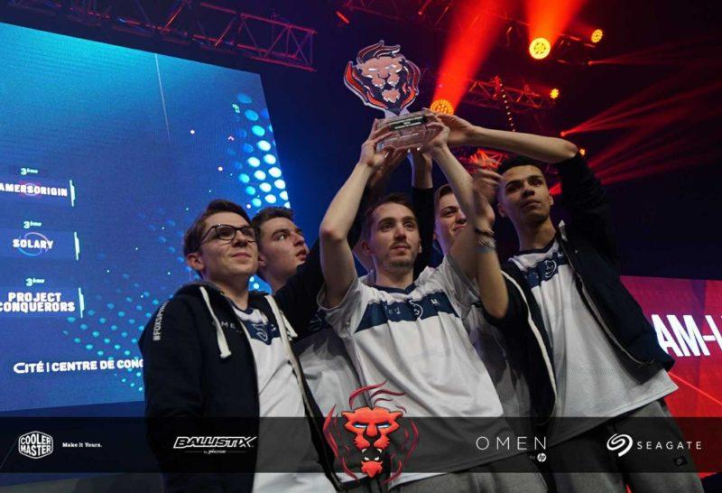 LDLC champion lol de Lyon Esport tient la coupe du championnat