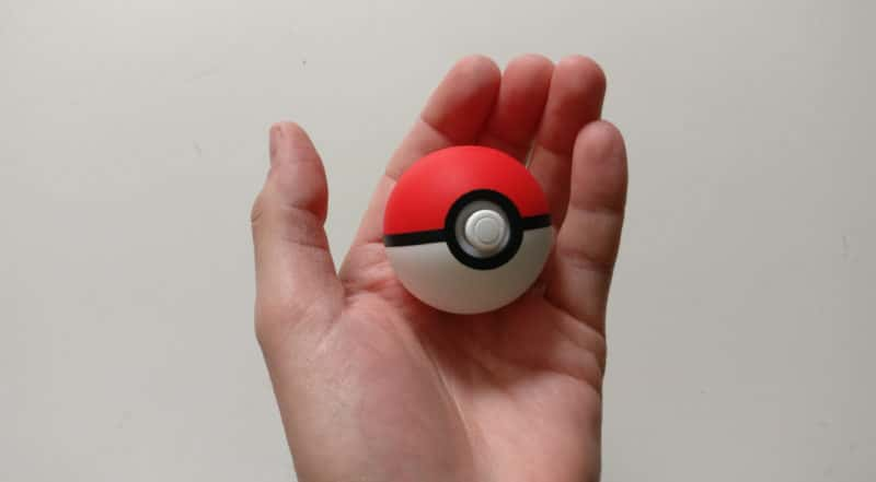Nintendo Switch Edition Pikachu et Evoli - Poké Ball Plus en main