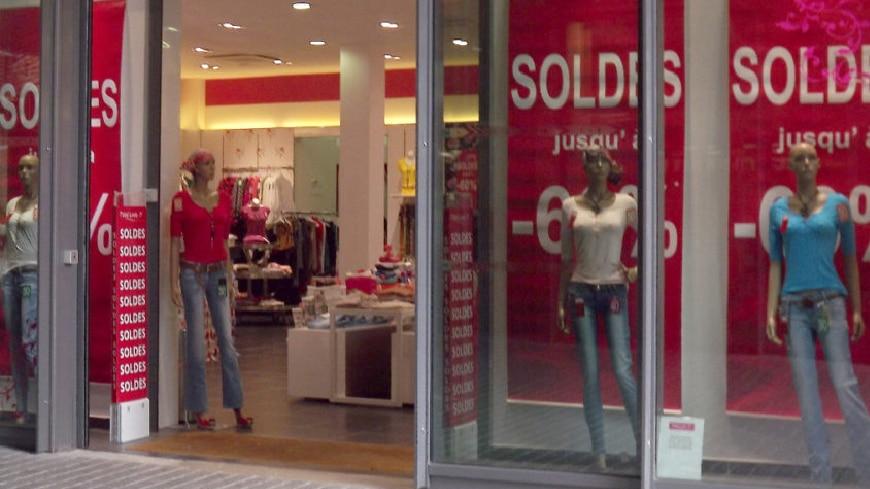 Soldes Epic Games Store vitrine boutique rue commerçante